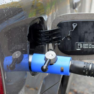 Biokaasua tankataan autoon.