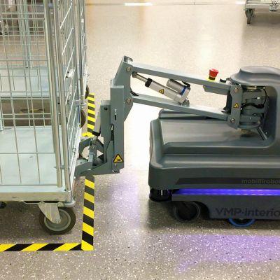 Toivo-robotti on lähdössä liikkeelle rullakko perässään