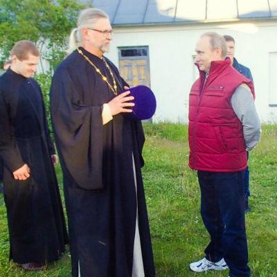 Kyrkoherde Timo Tynkkynen samtalar med president Vladimir Putin i Konevits.