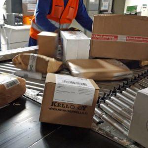 Paket sorteras på löpande band på postens sorteringscentral i Seinäjoki.