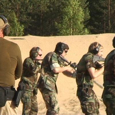 Medlemmar i den litauiska skarpskytterörelsen övar på ett skjutområde.
