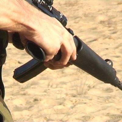 En medlem i den litauiska skarpskytterörelsen deltar i en övning på ett skjutområde.