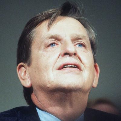 Olof Palme kuvattuna alaviistosta