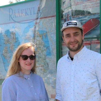 Tanskalais-saksalainen matkustajapariskunta Søren Jepsen ja Anna Peuckert Rääkkylän keskustassa.