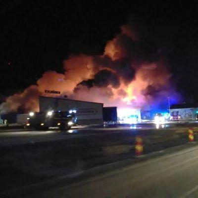 Brand i industrihall i Siikalatva.