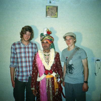 kolme miestä seisoo vierekkäin