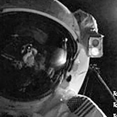 Austronautti avaruuskävelyllä.