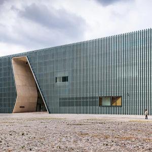 """Puolan juutalaisten museo on nimeltään Polin. Se tarkoittaa hebreaksi """" tässä on hyvä paikka olla"""". Museon pääsuunnittelija on Rainer Mahlamäki."""