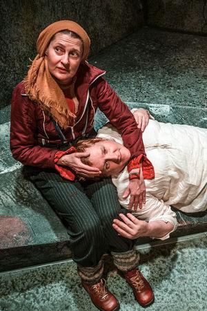 Kuvassa Minna Suuronen ja Santtu Karvonen. Ryhmäteatterin näytelmästä Peer Gynt.