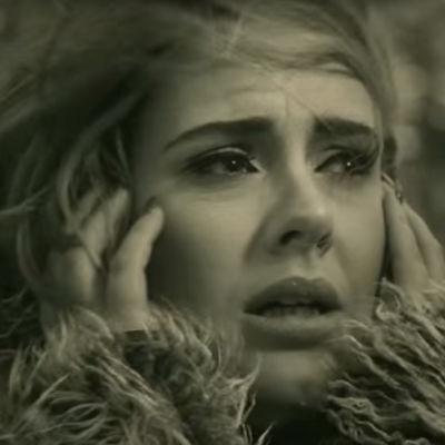 En svartvitt bild på Adele.
