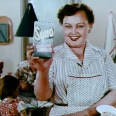 Nainen mainostamassa Suno-pesujauhetta