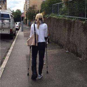 Nina Chydenius med kryckor och foten i paket.
