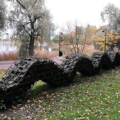 Kivilohkareista tehty käärme.