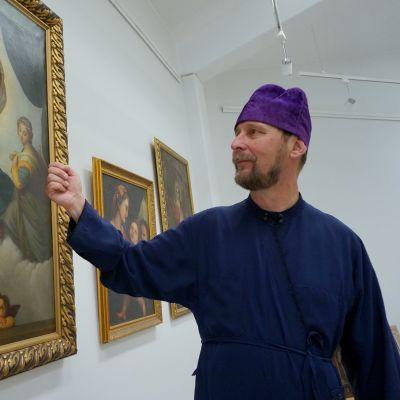Piispa Arseni esittelee Mestarin jälki -näyttelyä