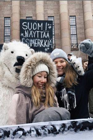 Två aktivister står framför riksdagshuset.