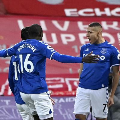 Evertonspelare jublar framför de tomma läktarna på Anfield.