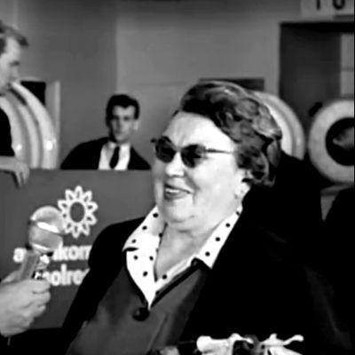 Toimittaja haastattelee matkailijoita Seutulan lentoasemalla (1967).