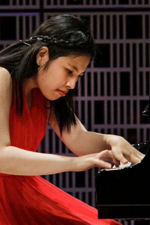 Esiintymässä indonesialainen Victoria Audrey Sarasvathi.