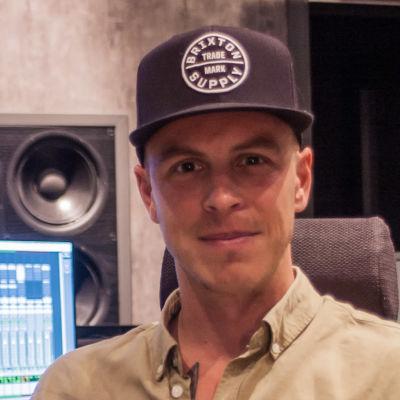 Musikern Ben Bergman vid mixerbordet i ett kontrollrum.