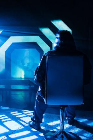 Päällystön jäsen, roolissa Niina Hosiasluoma, istuu ohjaamossa.