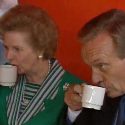 Margaret Thatcher juo kahvia Harri Holkerin kanssa (1990).