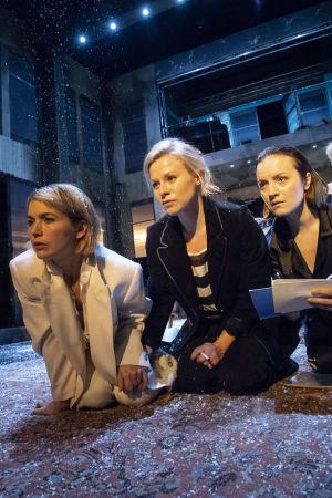 Kolme sisarta kontillaan maassa tuijottamassa eteensä, rooleissa Marja Salo, Emmi Parviainen ja Elena Leeve. Taustalla upseerit Soljonyi (Samuli Niittymäki) ja Tuzenbach (Olavi Uusivirta).