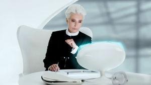 Agent O (Emma Thompson) sitter framför en dator och ser fundersam ut.