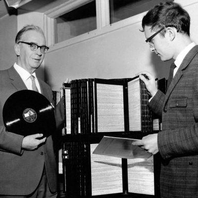 Ylen äänilevystön perustaja Alvar Andström ja seuraajansa äänilevystön päällikkö Antero Karttunen 1965