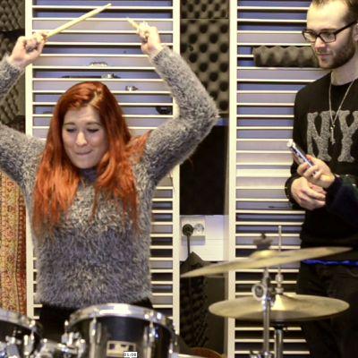 Pernilla Karlsson trummar