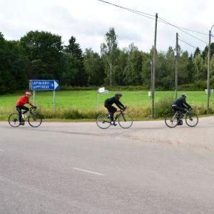 Tour de Östnyland 2017-cyklister svänger av mot Lappträsk.