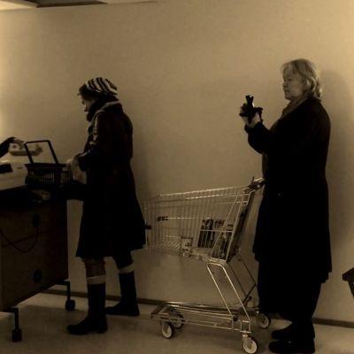 Vega-medarbetare leker mataffär