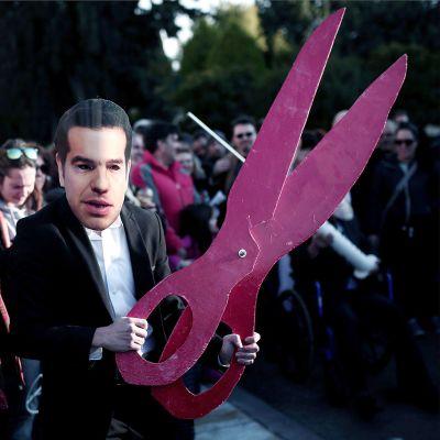 Mielenosoittajalla Tsipras -naamari ja suuret sakset.
