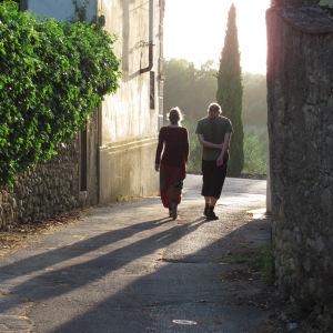 Virpi Talvitien lapset, Vilma ja Topi, ovat täysin toistensa vastakohtia: auringon tyttö ja kuun poika. Myös he ovat usein mukana Italiassa, jonne Talvitie palaa yhä uudelleen näkemään, kokemaan ja työskentelemään.