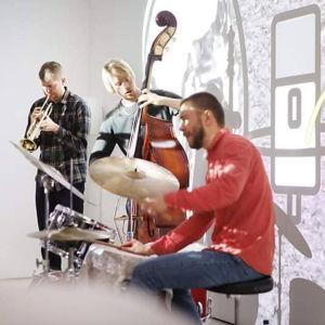 Bowman Trio med Sami Nummela på trummor i förgrunden
