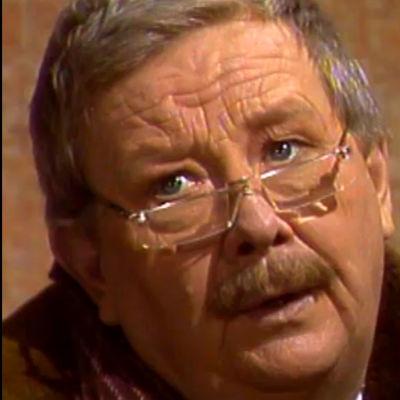 Professori Oskar Pänttälä (Lasse Pöysti) miettii (1987).