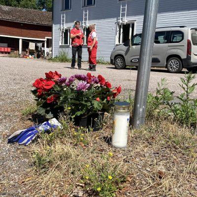 Kukkia ja kynttilöitä Järveläntiellä onnettomuuspaikan lähellä Kärkölässä