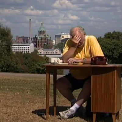 Neil Hardwick istuu toimistopöydän ääressä Tähtitorninmäellä Helsingissä.