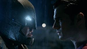 Batman och Stålmannen tittar hotfullt på varandra i mörker, bild från filmen Batman v Superman: Dawn of Justice.
