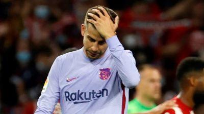 Gerard Pique är besviken efter Barcelonas förlust mot Atletico Madrid.