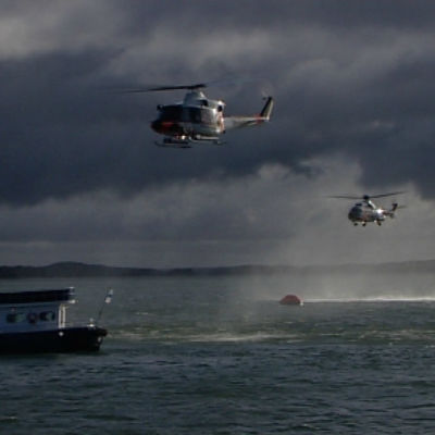 Räddningsuppdrag med helikoptrar och båtar i Skärgårdshavet.