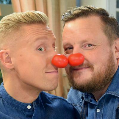 Två män med clownnäsor.