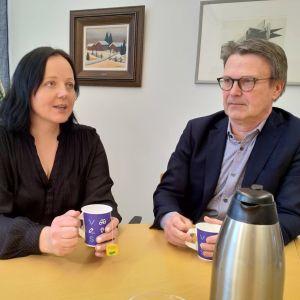 Vamian vanhempainyhdistyksen puheenjohtaja Piia Luikku ja apulaisrehtori Johan Lindman.