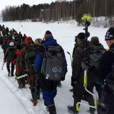 Pilkkijät marssivat jonossa Pyhäselän jäälle SM-kisoihin.