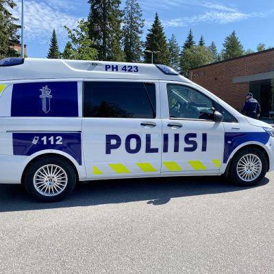 Hämeen poliisille ensimmäisenä Suomessa luovutettu täysin sähköinen partioauto.