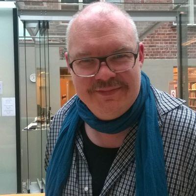 Regissör Mikko Roiha talar varmt för samarbete mellan svenska och finska teatrar.
