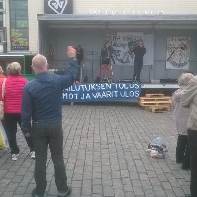Demonstranter på Salutorget i Åbo.