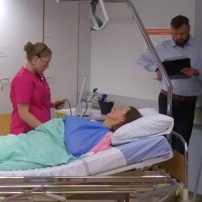 Närvårdarstuderande Sofia Sundqvist undersökar patient vid yrkesskicklighetstävling