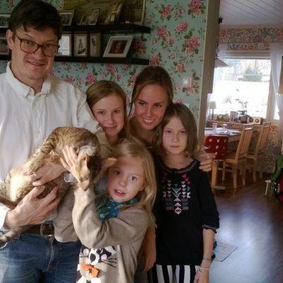 Anki Westergård och Rurik Ahlberg med tre av fem barn.