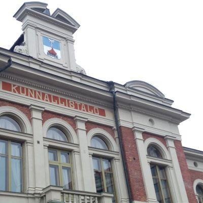 Jyväskylän kaupungintalon julkisivua.