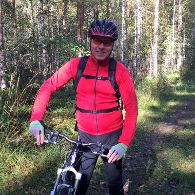 Vesa Turkia suunnittelee polkupyöräreitistöä Kontiolahden Jaamankankaalle.
